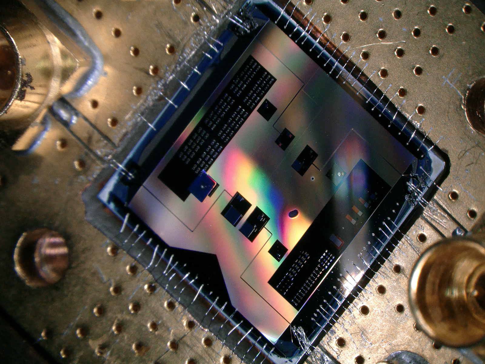This quantum chip (1x1 cm) allows the researchers to listen to the weakest radio signal allowed by quantum mechanics.